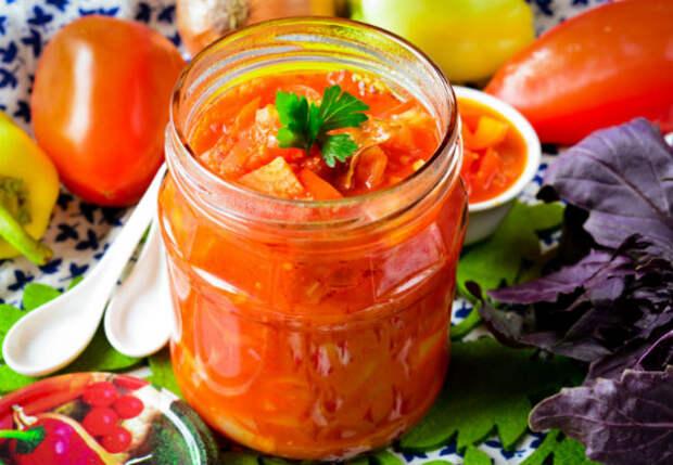 Смешиваем помидоры с перцами, закручиваем консервы