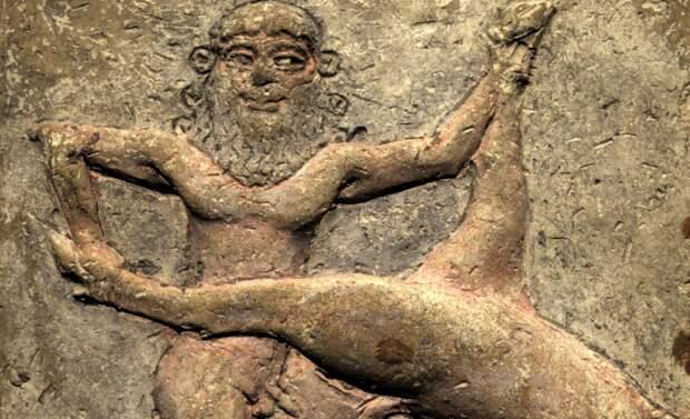 Гильгамеш сражается с Небесным Быком. Шумерский барельеф.