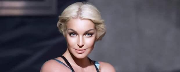 Анастасия Волочкова надела «голое» платье с перьями