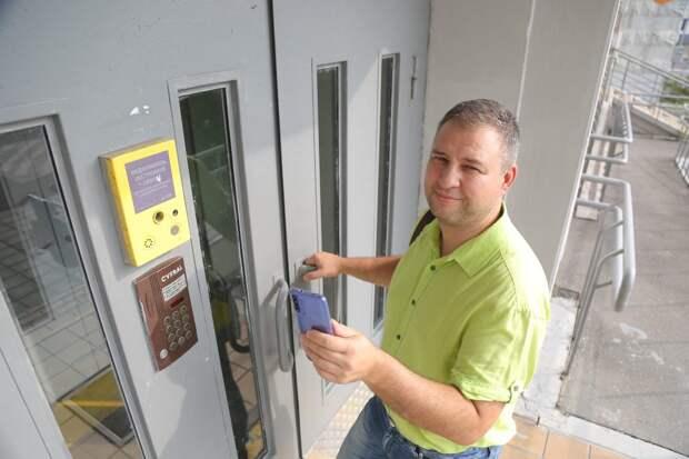 Специальные приемники на подъездной двери ловят данные со смартфона / Фото: Артур Новосильцев