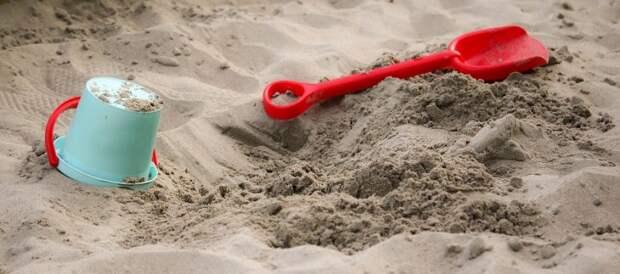 Территория детской площадки в Савеловском парке промыта от песка