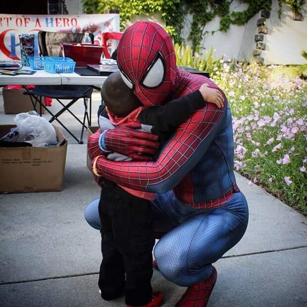 Он продал машину, чтобы купить свой первый костюм Человека-паука за 1400 долларов болезнь, герой, история, костюм, мужчина, помощь, ребенок, человек паук