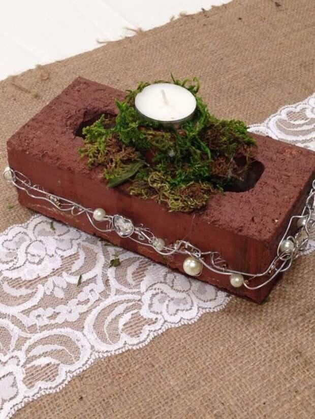 Кирпич-подсвечник привнесет нотку оригинальности и суровой романтики в любой отдых. /Фото: i.pinimg.com