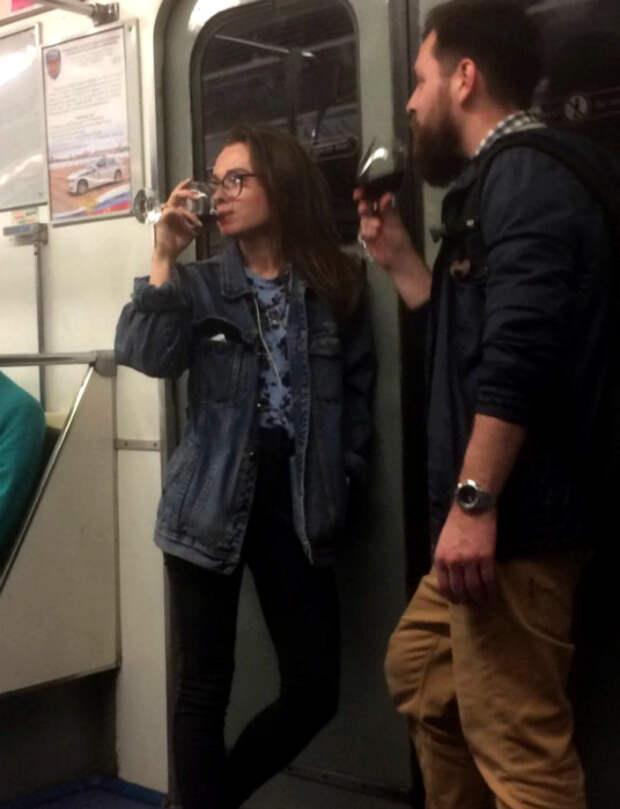 Аристократы в метро.   Фото: Spoki.