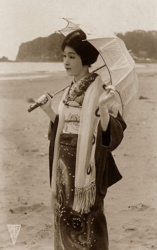 Японская женщина с зонтиком.