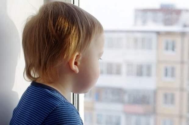 Требует от бывшего мужа оплатить замки на окна для безопасности ребенка, а тот отказывается