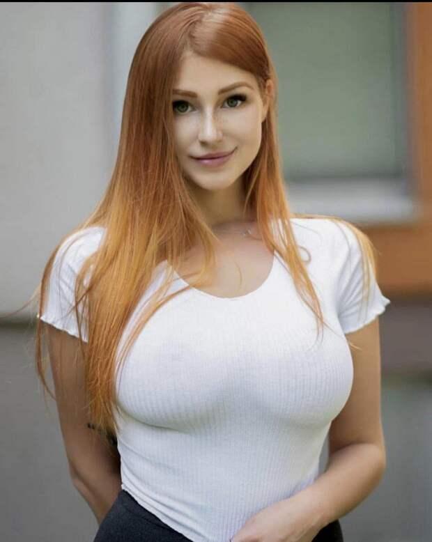 Девушки в белых маечках