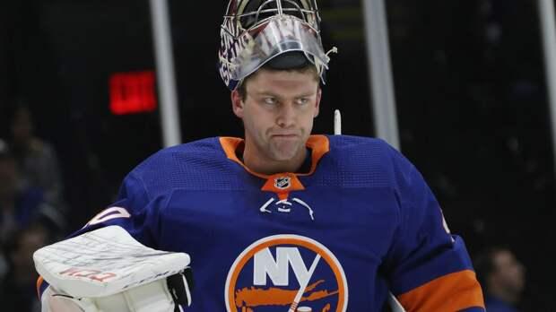 Русский вратарь получил шайбой в челюсть, но вернулся и оформил «сухарь». Варламов не пропускает в НХЛ 120 минут