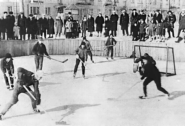 Зимой мужчины и подростки любили поиграть в дворовый хоккей. СССР, история, ностальгия, фотографии