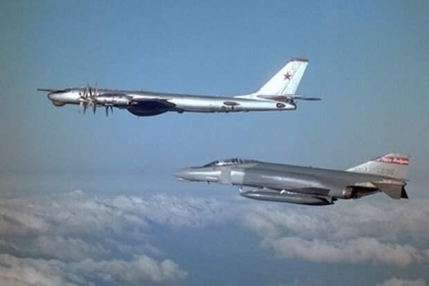 Американский истребитель сопровождает советский Ту-95 над Северным Ледовитым океаном (1983 год)