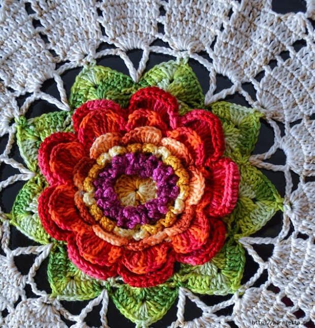 Салфетка с большим цветком для круглого столика