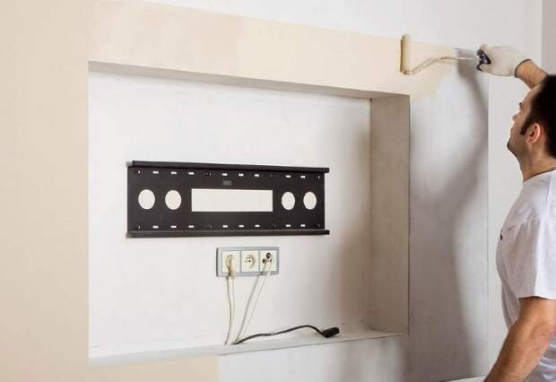 Сделайте розетки за телевизором, чтобы скрыть их и провода / Фото: mr-build.ru