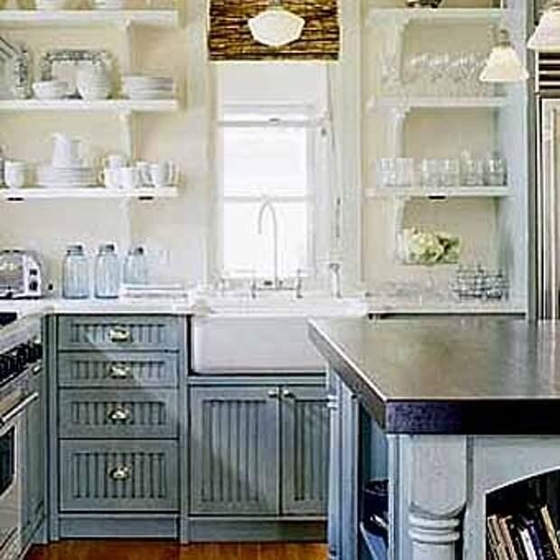 кухонная мойка возле маленькго кухонного окна