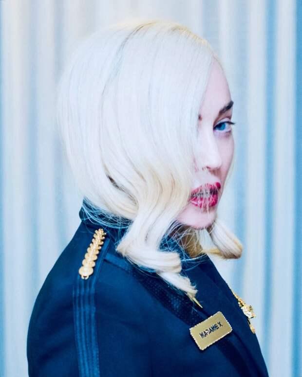 «Великий уравнитель»: Мадонна восхищается коронавирусом, лёжа в ванне с лепестками роз