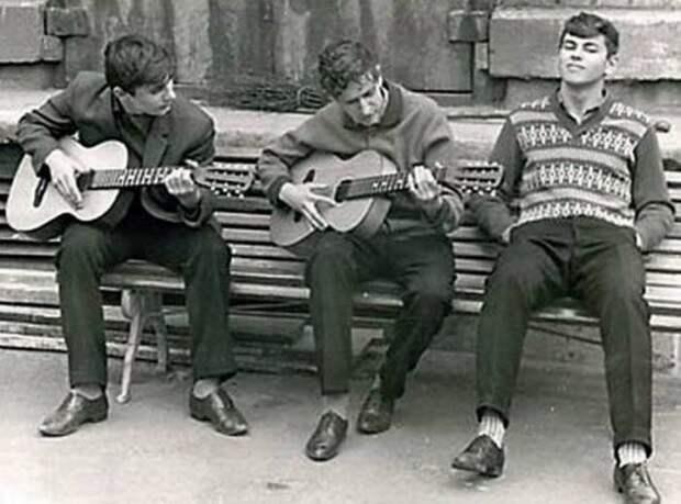 Посиделки во дворе с гитарой — одно из самых любимых развлечений жителей СССР. СССР, история, ностальгия, фотографии
