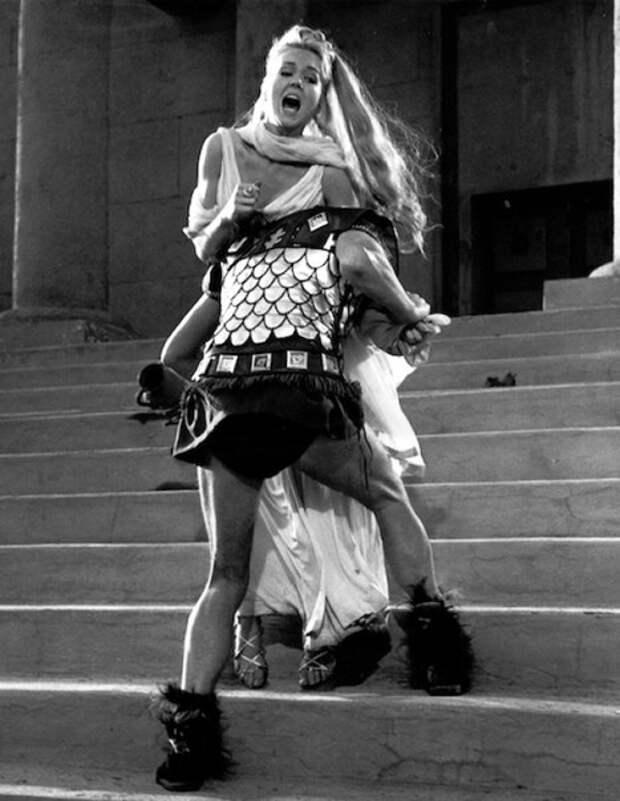 """Милен Демонжо и Роджер Мур в фильме """"Похищение сабинянок"""" (1961)"""
