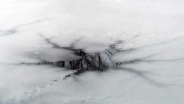 Под Волгоградом ищут тело провалившегося в полынью на снегоходе рыбака