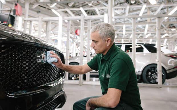 Жозе Моуринью поработал на конвейере завода Jaguar Land Rover