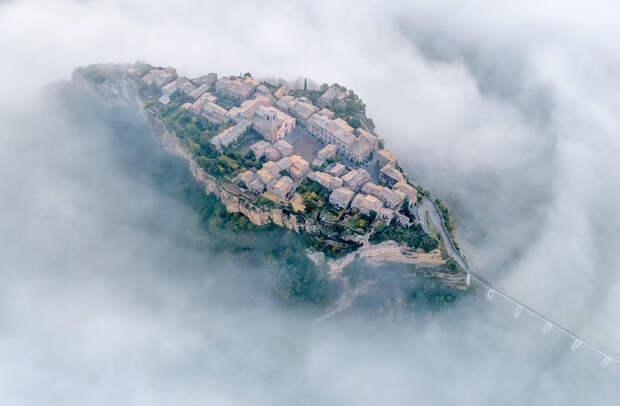 Деревня Чивита-ди-Баньореджо расположена в живописном месте на рыхлом вулканическом туфе, который сформировал гору. В результате стихийных бедствий и распада пород скала разрушается. Большинство жителей уже переселились на равнину, но пока еще в населенный пункт можно попасть по пешеходному мосту