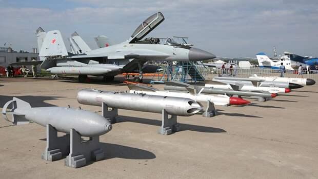 Палубный истребитель МиГ-29К с авиационными средствами поражения на XIII Международном авиационно-космическом салоне МАКС-2017 в Жуковском