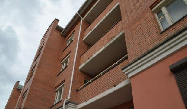 В Новоорском районе с 3 этажа выпал 48-летний местный житель