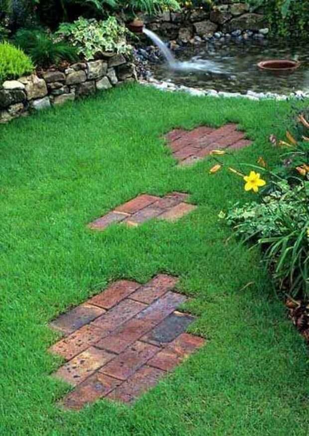 Подобную идею можно воплотить в жизнь прямо на газоне. /Фото: homespecially.com
