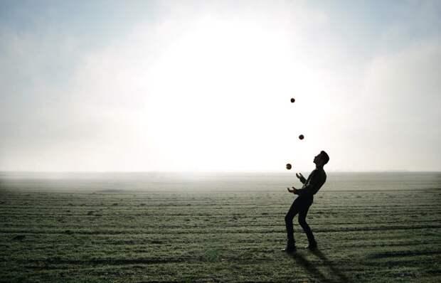 juggler-1216853_1280-1024x658 Как легко научиться жонглировать? Пошаговая инструкция