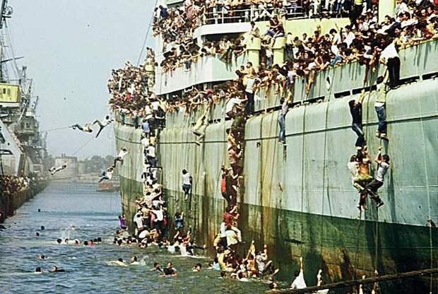 Албанцы бегут в Италию в марте 1991 года. Тогда более 20 000 албанцев неожиданно прибыли в итальянский порт Бриндизи.jpg