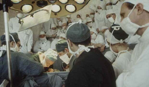 Показательная операция, проведенная выдающимися детскими хирургами СССР.  Москва, 1970-е годы.