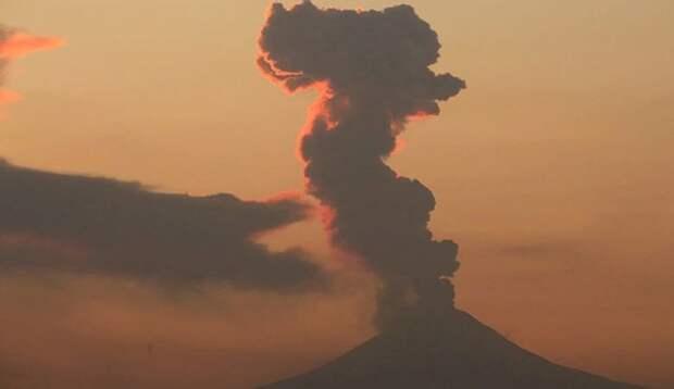 В Мексике вулкан Попокатепетль начал проявлять активность