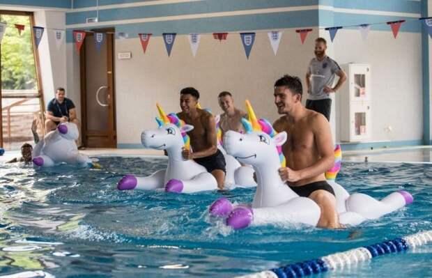 Футболисты сборной Англии устроили гонки на единорогах (5 фото)