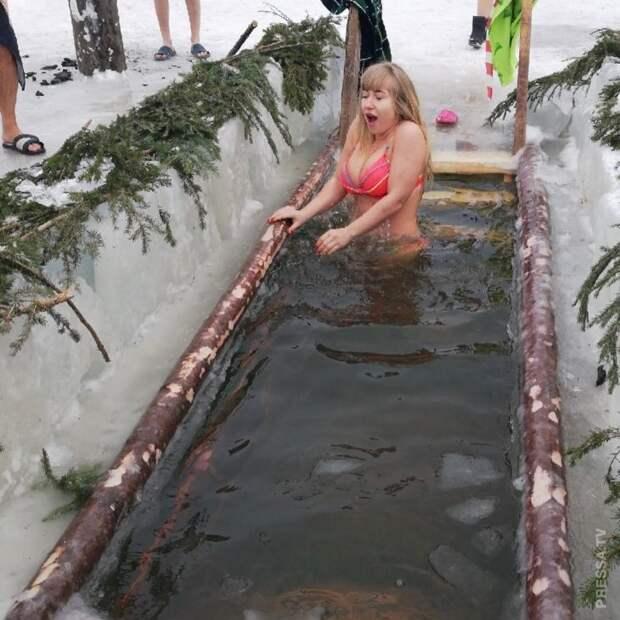 Девушки на Крещенском купании