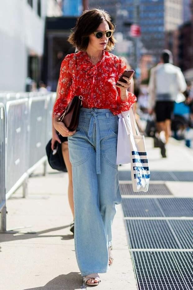 Широкие джинсы: как носить один из главных трендов сезона весной 2021