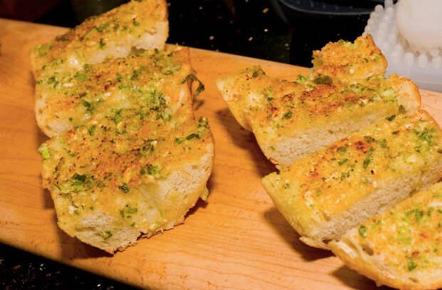 Сыпем чеснок на хлеб и ставим в духовку
