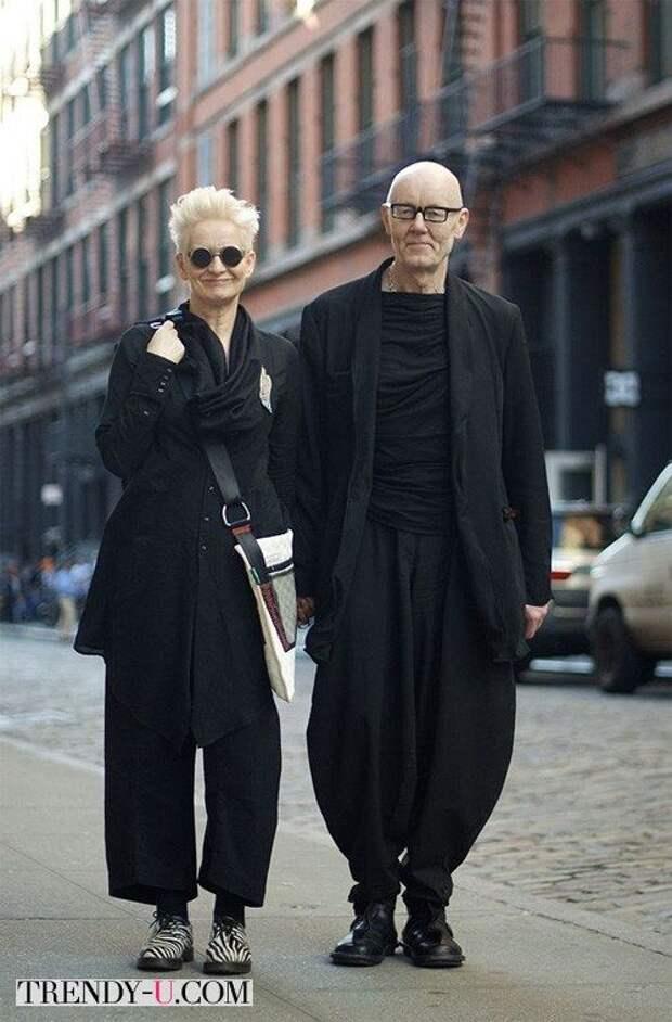 Пожилая пара в брюках оверсайз