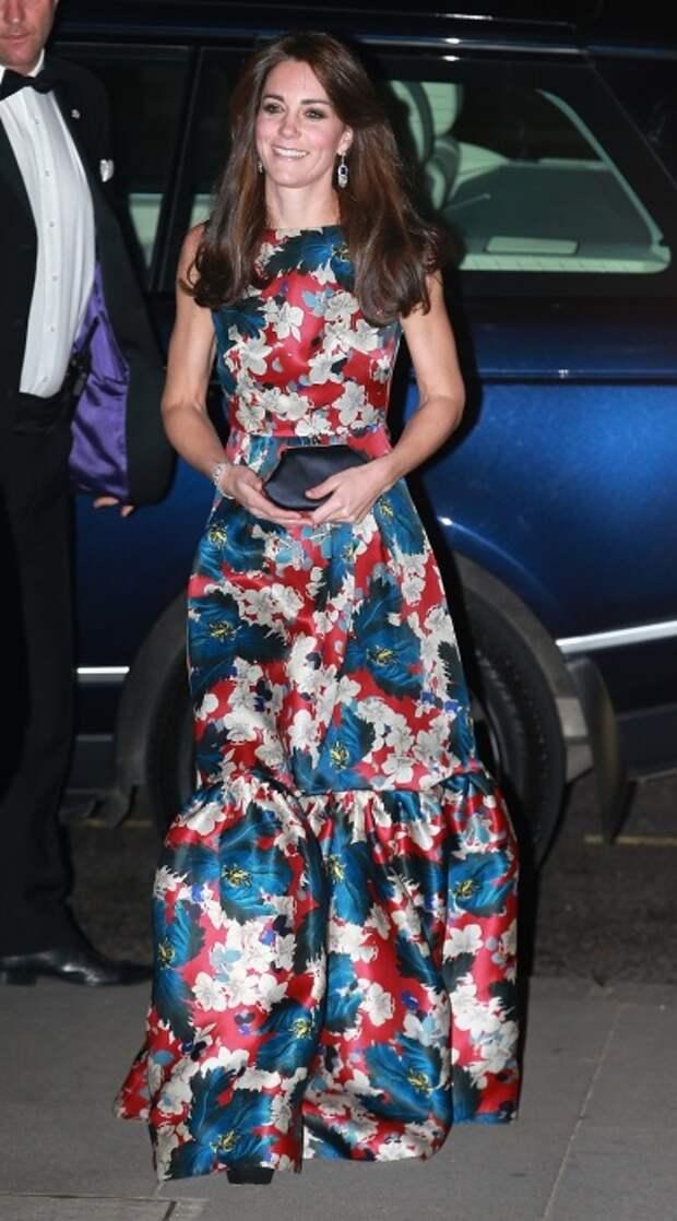 Герцогиня Кембриджская принимает участие в гала-ужине в музее Виктории и Альберта в 2015 году. / Фото: Gofugyourself.com