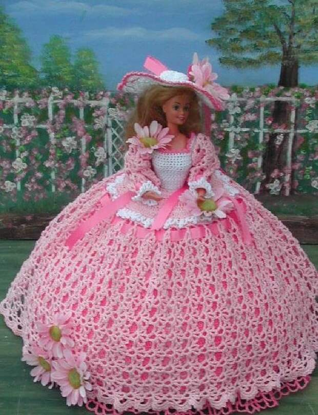 Если рукодельница обожает вязать, даже у кукол шикарные вязаные наряды!