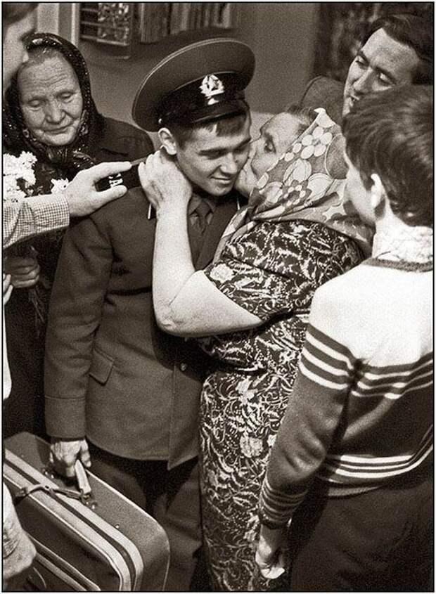 Простые и искренние фотографии советской жизни в 1970-1980-е годы.