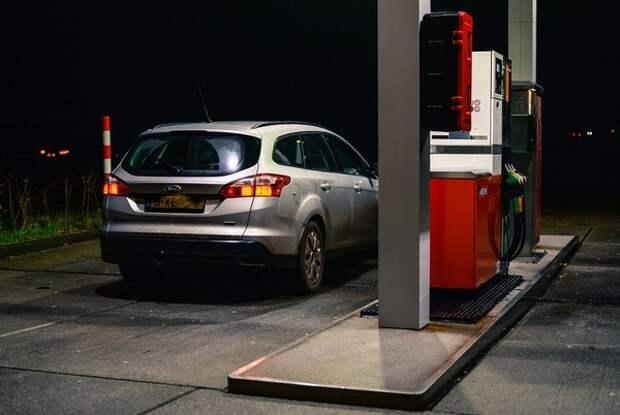 Аналитики зафиксировали рекордное падение спроса на бензин в России