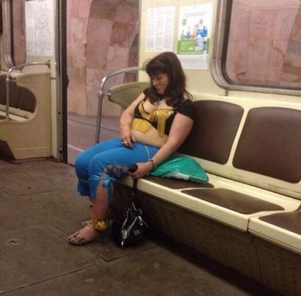 Модники и модницы в метро (23 фото)