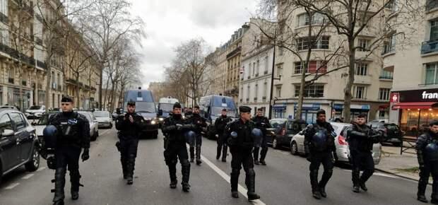 Видео: протестующих в Париже разгоняют водометами