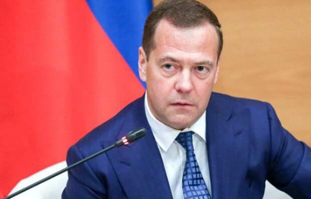 Медведев жестко ответил на слова хабаровского губернатора о детском лагере