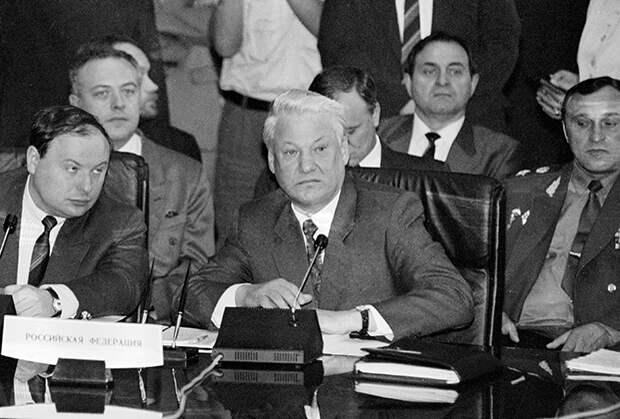 Президент РФ Борис Ельцин и первый вице-премьер правительства РФ Егор Гайдар на встрече глав государств СНГ