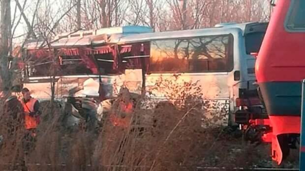 Под Астраханью произошло ДТП, столкнулись автобус и электричка