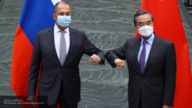 Французы объяснили неожиданную улыбку Лаврова на переговорах в Китае