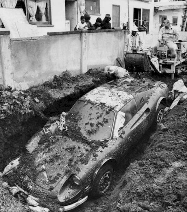 """6. """"Феррари"""", откопанный во дворе дома в Лос-Анджелесе в 1978 году археология, дача, находки, удивительное рядом"""