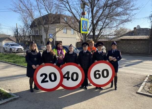 В Симферополе полицейские, общественники и юные инспекторы движения  с помощью «живых знаков» призвали водителей  соблюдать Правила дорожного движения