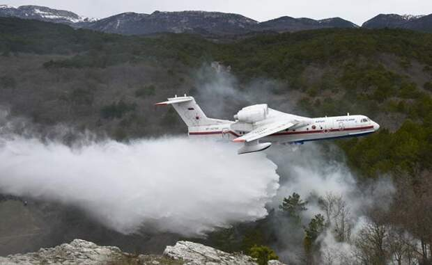 На фото: самолет-амфибия Бе-200 на учениях МЧС по тушению лесных пожаров с привлечением авиации
