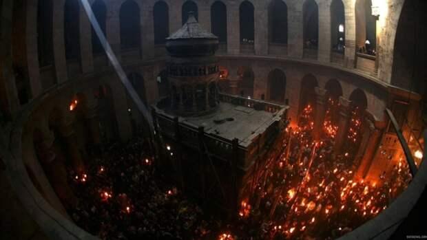 В Иерусалиме в храме Гроба Господня сошел Благодатный огонь. Видео.