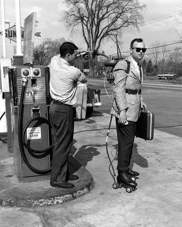 Продавец моторизованных роликовых коньков в Калифорнии, 1961 год.